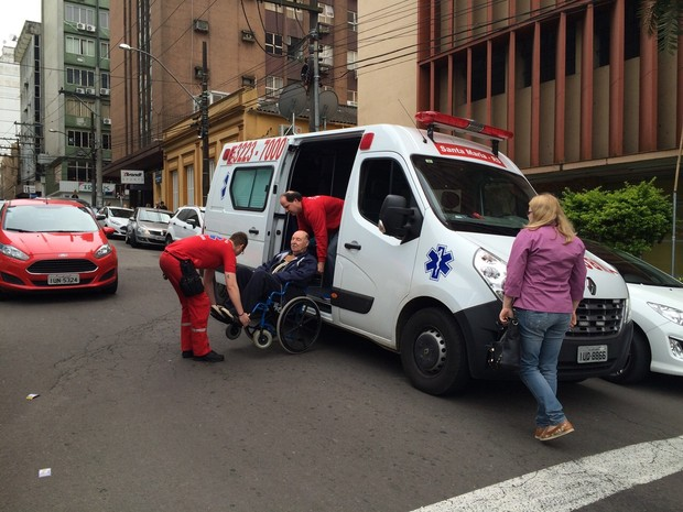 Homem contratou ambulância para poder votar no RS (Foto: Camille Wegner/RBS TV)