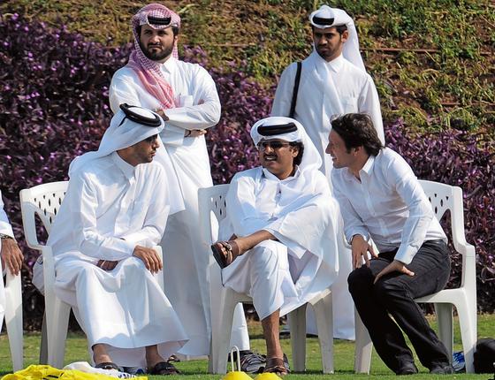 O presidente  Al Klelaifi (à esd.), o emir Al Thani (no centro) e Leonardo,ex jogador do PSG (Foto:  FRANCK FIFE/AFP)