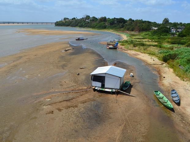 Casa flutante e barcos  (Foto: Inaê Brandão/G1 RR)