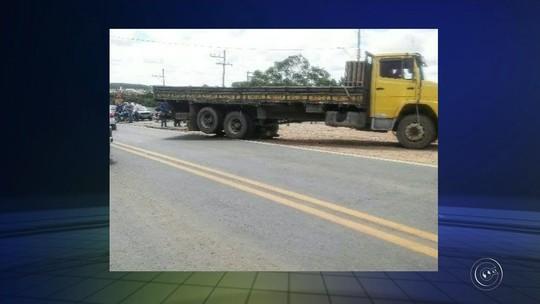 Motociclista morre após parar embaixo de caminhão durante batida em rodovia