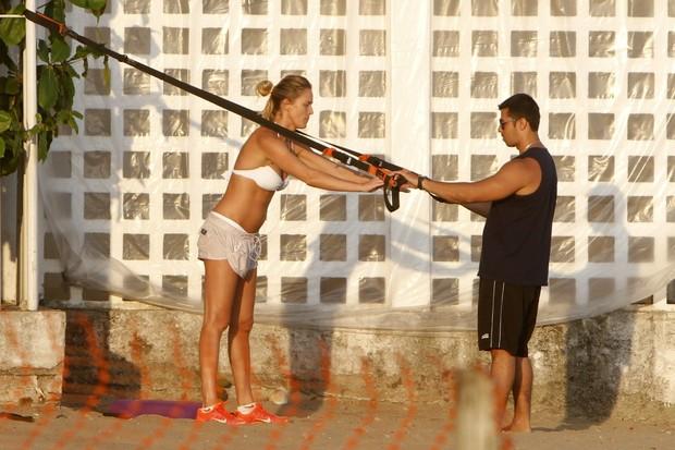 Letícia Birkheuer se exercitando (Foto: Gil Rodrigues / Foto Rio News)