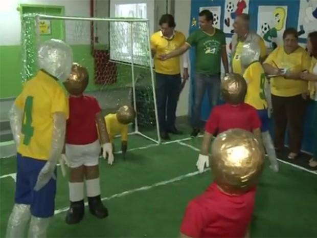 Estudantes usaram materiais reciclados para criar decoração em Juquiá, SP (Foto: Reprodução / TV Tribuna)