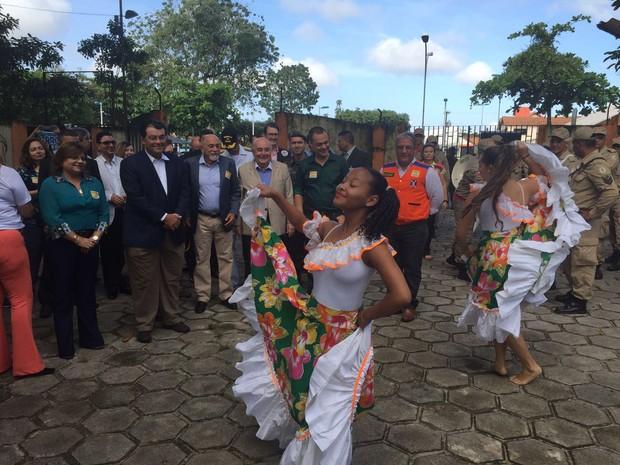 Ministro Eduardo Braga assiste a espetáculo de carimbó ao lado do governador Jatene em escola no Pará no dia de combate ao zika (Foto: Gabriela Azevedo / G1)