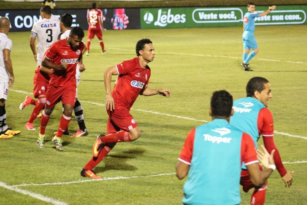 Gilmar corre para comemorar o gol da vitória sobre o ABC em Natal (Foto: Fabiano de Oliveira)