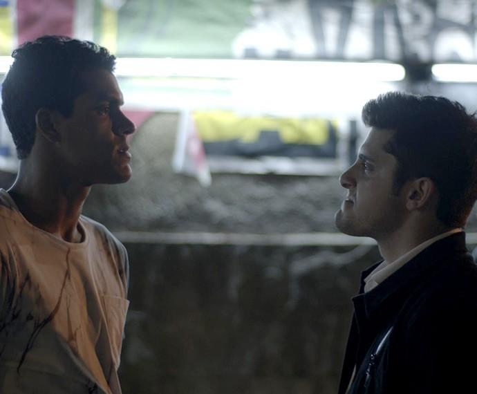 Guto e Ivan partem para a briga (Foto: TV Globo)