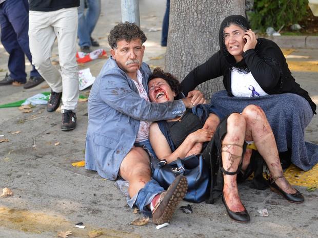 Bombas explodiram neste sábado (10) em frente à Estação Central de trens de Ancara, na Turquia, deixando vários mortos e feridos (Foto: AFP PHOTO/ADEM ALTAN)