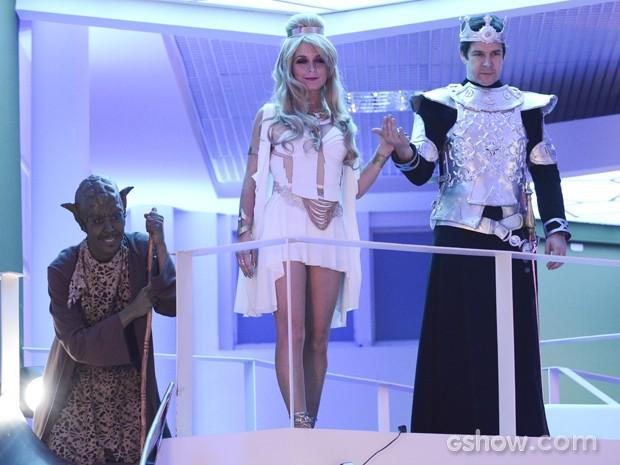 Murphy aparece ao lado do casal, vestido de Mestre Yakonga (Foto: Raphael Dias/TV Globo)