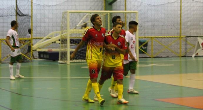 Trindade comemora um dos gols contra a Agrovila Massangano (Foto: Henrique Almeida)
