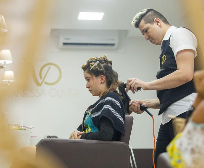 Laryssa fazendo o cabelo e ficando ainda mais bonita (Foto: Artur Meninea/Gshow)