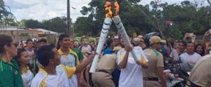 Revezamento da Tocha Olímpica na vila balneária de Alter do Chão (Dominique Cavaleiro/GloboEsporte.com)