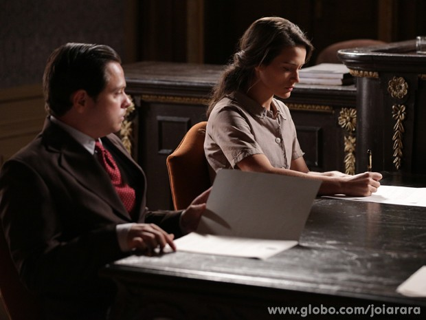 Arrasada, Amélia assina os papeis do divórcio (Foto: Joia Rara/ TV Globo)