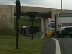 Caminhão carregado com produto químico tomba em via de Campinas