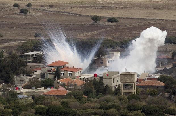 Bombardeio do exército sírio nesta segunda-feira (12) na cidade de Bariqa (Foto: AP)