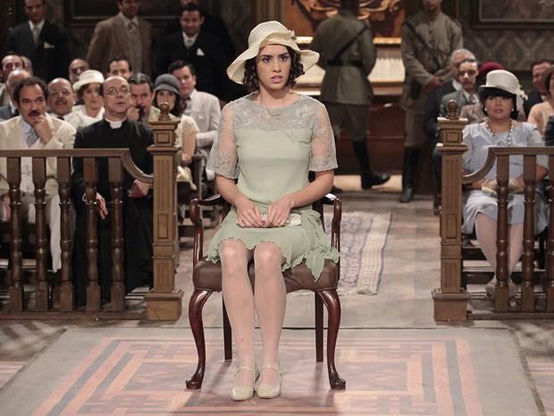 Iracema dá o depoimento ao juiz e provoca risadas na plateia (Foto: Gabriela / TV Globo)