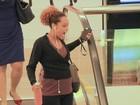 Taís Araújo exibe a barriguinha de grávida durante passeio em shopping
