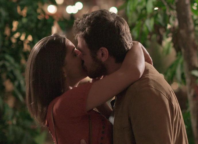Pedro dá o maior beijão em Michele (Foto: TV Globo)