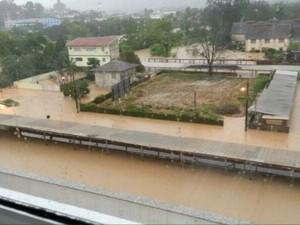 Vários bairros de Rio do Sul estão embaixo d'água desde sábado (21) (Foto: Bruna Duarte/Arquivo pessoal.)