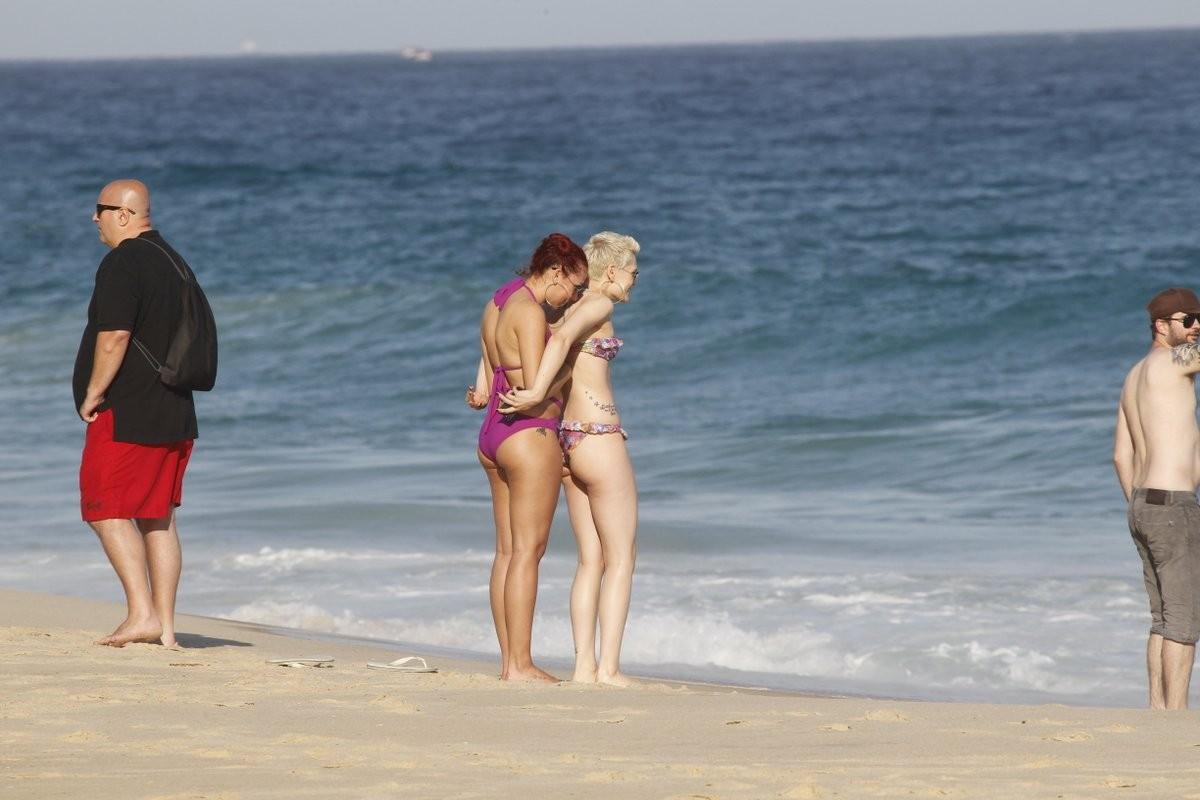 Jessie J recebe carinho de amiga (Foto: Delson Silva e André Freitas / agnews)