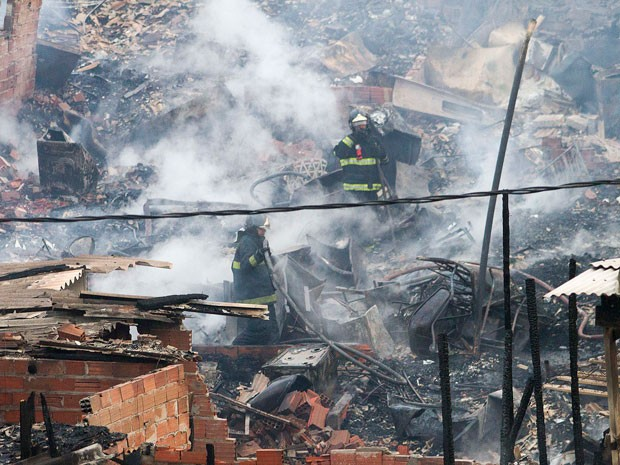 Bombeiros combatem chamas após incêndio em favela na Zona Sul (Foto: Reginaldo Castro/Estadão Conteúdo)