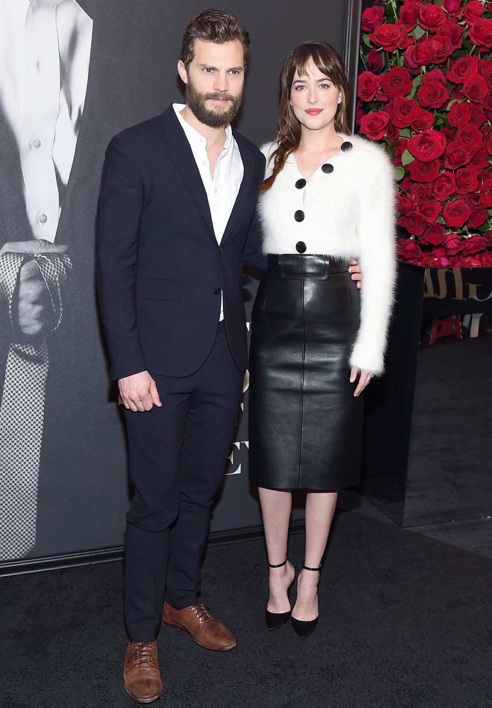 Em uma das premiéres de '50 Tons de Cinza', ao lado do colega de elenco Jamie Dornan (Foto: Getty Images)