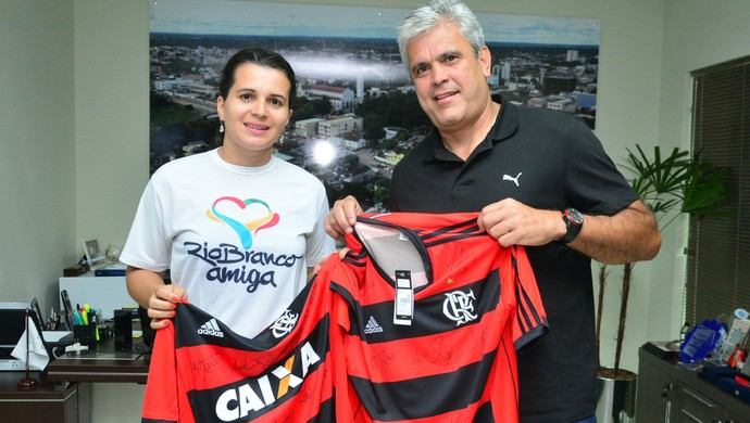 Gicélia Viana, coordenadora da Ação Rio Branco Amiga,recebe camisa autografada de jogador Master do Flamengo (Foto: Divulgação/Ascom PMRB)