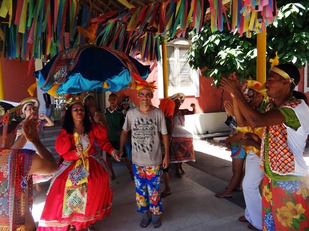 Artistas e pacientes se misturam na festa do Hospital Ulysses Pernambucano. José Leonardo da Silva tomou o lugar do rei do maracatu. (Foto: Katherine Coutinho / G1)