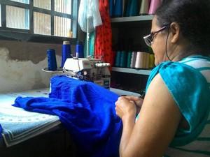 Costureira sentiu um aumento de 30% no número de reformas e customização de roupas em Uberlândia (Foto: Lais Vieira/G1)