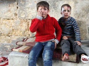 Meninos feridos em um bombardeio em área rebelde controlada por rebeldes em Aleppo choram em um hospital de campo na cidade síria