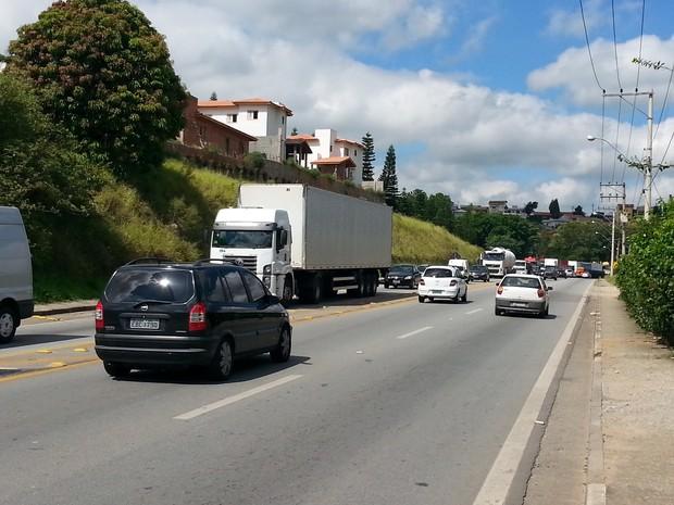 Tráfego é intenso na rodovia Raposo Tavares por conta de acidente na Castello Branco (Foto: Marcelo Roque/São Roque Notícias)