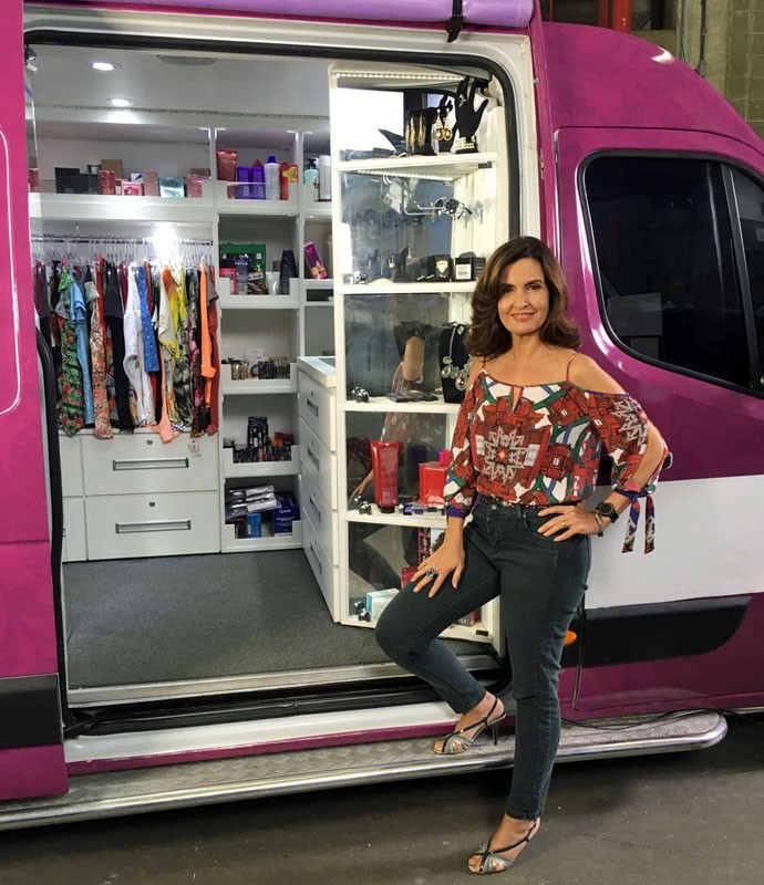 Fátima posa na van da empresária Aline, que driblou a crise com criatividade (Foto: Rafael Bardi/Encontro com Fátima Bernardes)