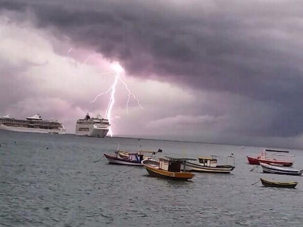 Formação de nuvens e raios foram registrados por moradores (Foto: Divulgação / Folha de Búzios)