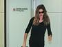 Gisele Bundchen desembarca no Brasil cercada de seguranças