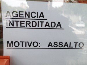 Funcionários do banco colaram um aviso na entrada do banco informando que os serviços estavam interdidatos por conta do assalto (Foto: Walter Paparazzo/G1)