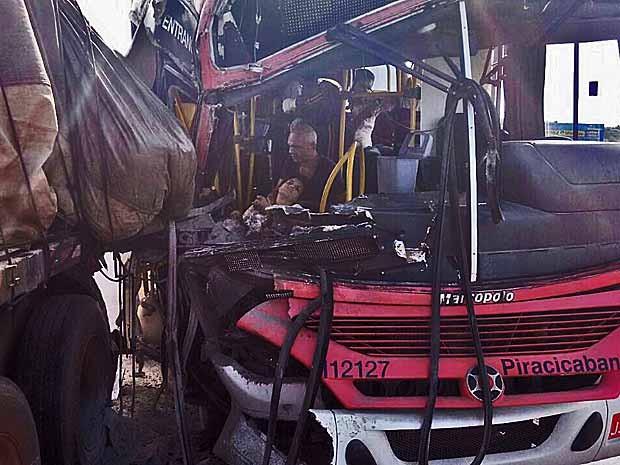 Passageira ferida é socorrida dentro de ônibus que bateu na traseira de caminhão na descida do Colorado, no DF (Foto: Reprodução)