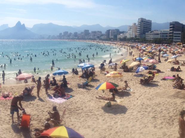 Banhistas vem enfrentando praias cheias aos finais de semana no Rio (Foto: Henrique Coelho/G1)