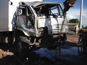 Ao colidir com o carro, o caminhão derrubou fios de alta tensão (Foto: Marcelo Marques G1 RR)