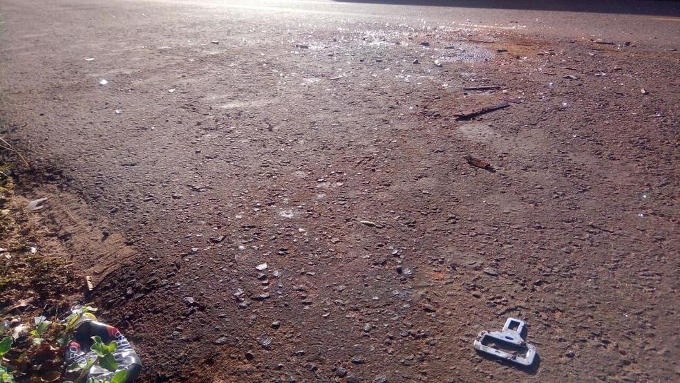 No asfalto, pedaço do cinto de segurança, sangue e outros vestígios (Foto: Flávia Galdiole/ TV Morena)