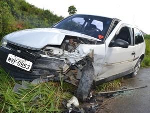 Frente do carro ficou danificada após o acidente. (Foto: Divulgação/JG Notícias)