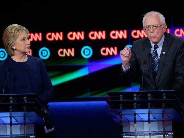 Os pré-candidatos democratas Hillary Clinton e Bernie Sanders participam de debate da CNN neste domingo (6) (Foto: AP Photo/Carlos Osorio)