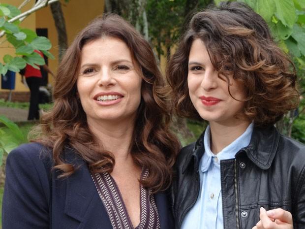 Débora diverte-se com a filha durante visita (Foto: Avenida Brasil/TV Globo)