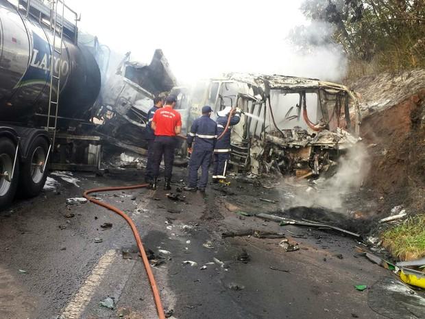 Veículos pegaram fogo após batida entre um ônibus e caminhão (Foto: Divulgação/Defesa Civil de Iporã)