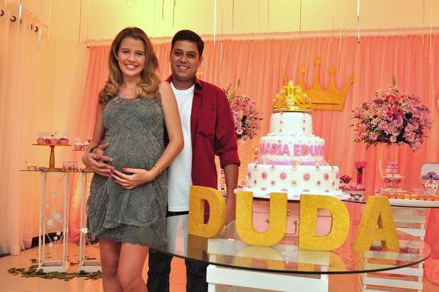 Debby Lagranha e Leandro Franco na mesa do bolo (Foto: Roberto Teixeira/EGO)