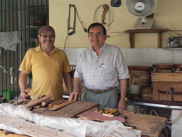 Perípedes Chaves apresenta a oficina de violinos orgulhoso ao lado do amigo marceneiro. (Foto: Diana Vasconcelos / G1 CE)