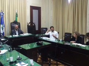 Em reunião, deputados receberam subsecretára da Secretaria de Estado de Fazenda (Foto: Nicolás Satriano/G1)