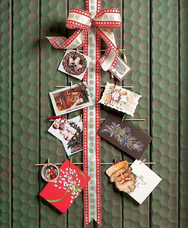 Ideia simples e cheia de bossa: uma fita com laço na ponta serve de apoio para fotografias da família ou cartões de Natal com bons desejos.  (Foto: Iara Venanzi/Editora Globo)