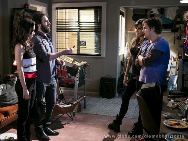 André entrega pendrive para Guto  (Foto: Felipe Monteiro/TV Globo)