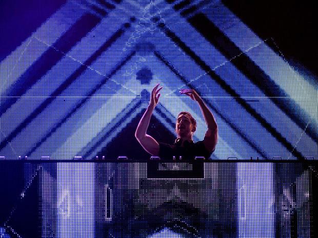 O escocês Calvin Harris apresenta suas músicas no palco Onix (Foto: Marcelo Brandt/G1)