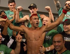 Godofredo Pepey comemora com o time Vitor Belfort a vitória sobre Wagner Galeto (Foto: Divulgaçào - TUF Brasil)