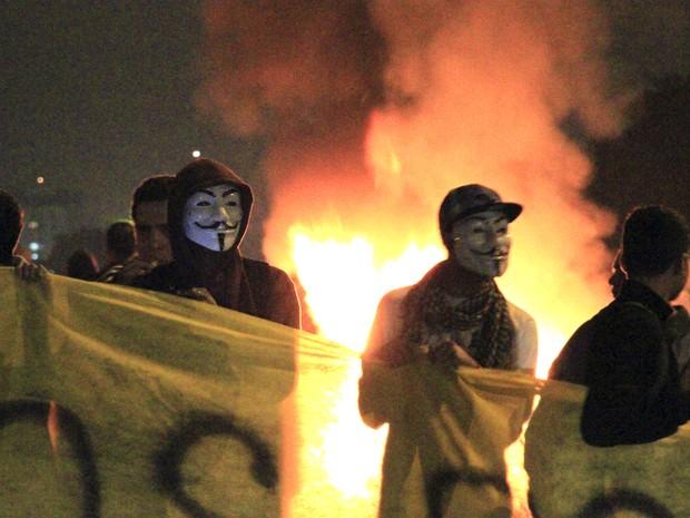 Grupo fez fogueira na pista da Via Dutra durante o bloqueio em São José (Foto: Carlos Santos/G1)