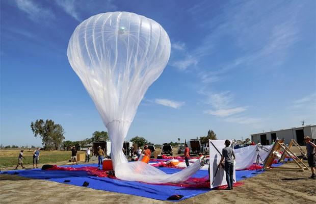 É necessário uma equipe de pelo menos seis pessoas para lançar um balão (Foto: Divulgação)